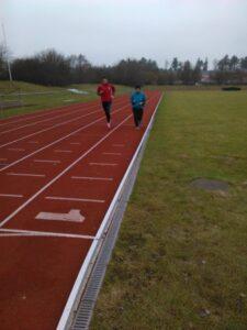 Slutspurten. Jämsides med en annan löpare som tränade samtidigt.